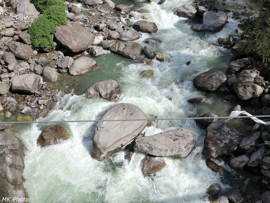 Сама Дудх Коши Нади размером с обычную по нашим меркам горную реку