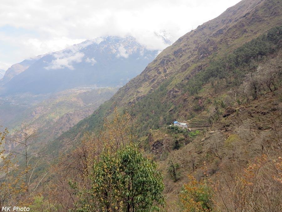 Вдали - Лукла, ближе - лодж Khumbu view