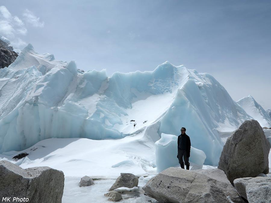 Автор у Аллеи Призраков ледника Кхумбу