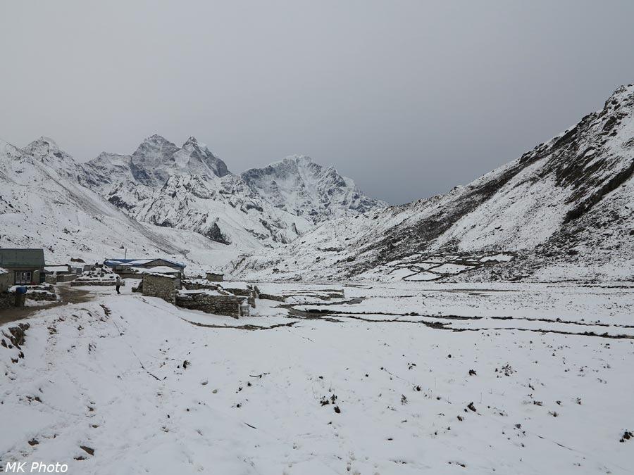 Вид вниз по долине Лобуче Кхолы