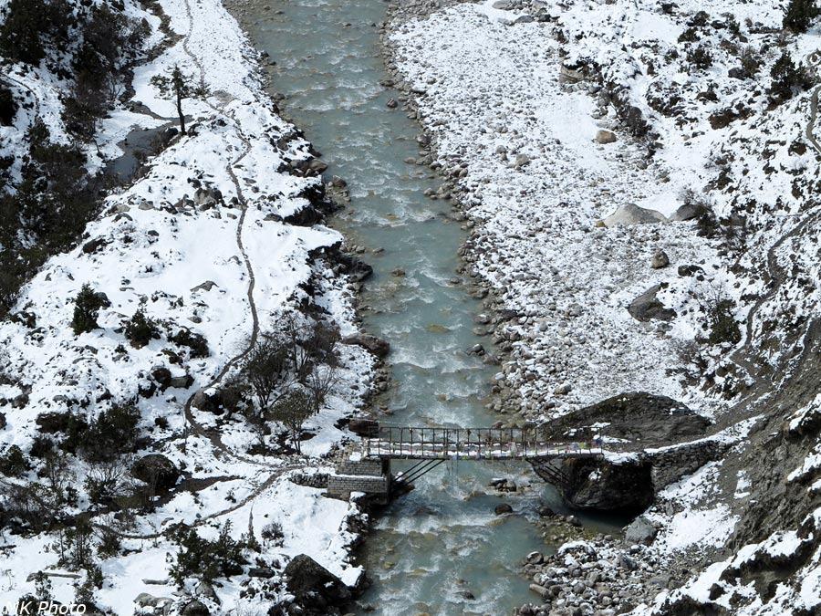 Мост на тропе к базовому лагерю Ама Даблам