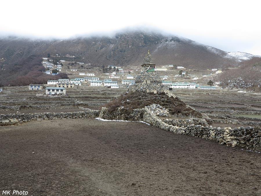 Ступа на фоне посёлка