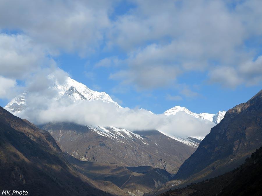 Гора Яса Тхак, внизу - гомпа в Таме