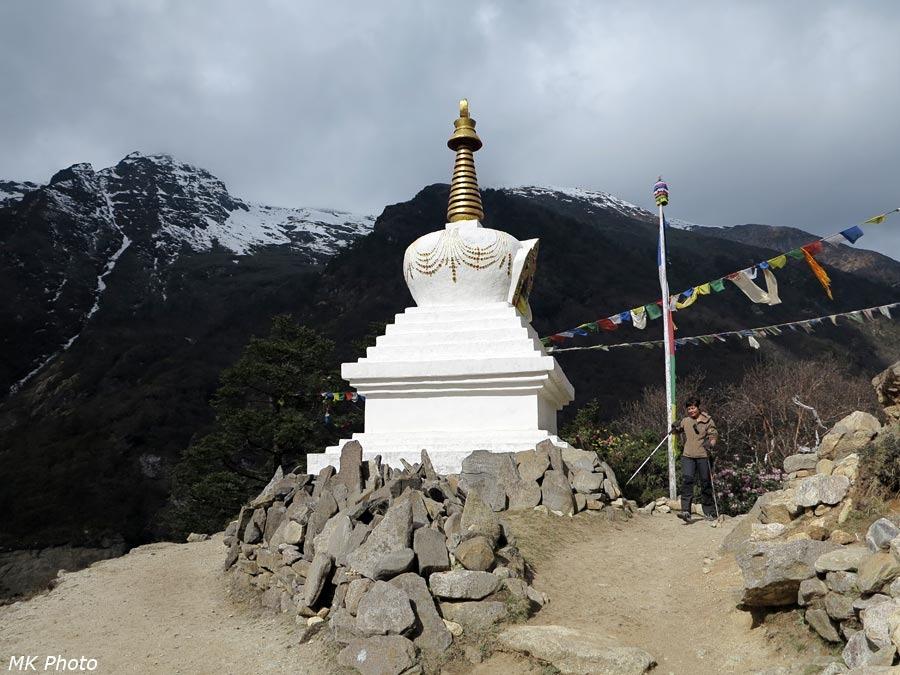 Ступа на окраине Пхурте