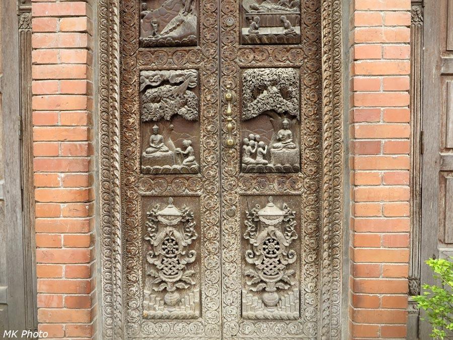 Резные двери храма