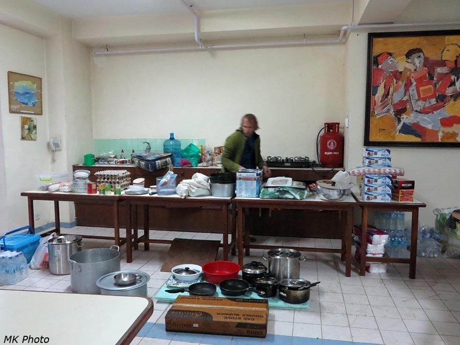 Импровизированная кухня в здании RCSC