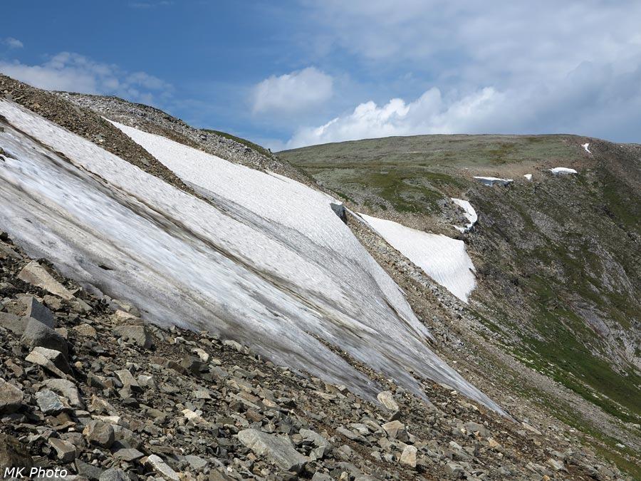 Снежники на склонах перевала