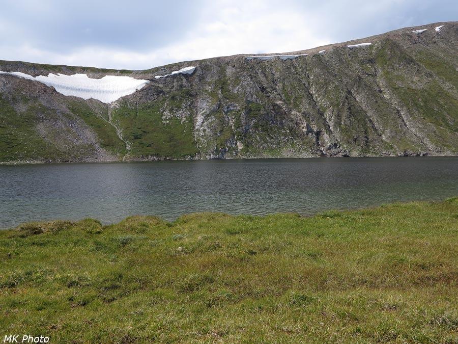 Склон, спускающийся к озеру