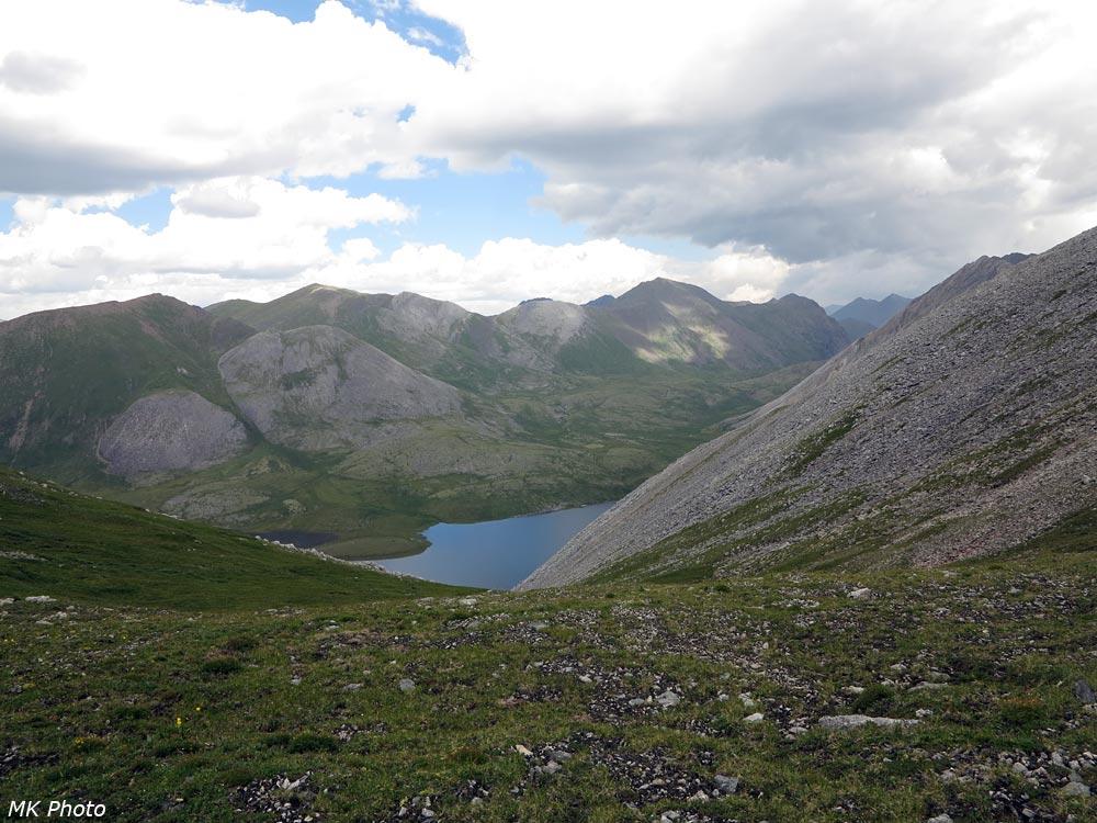 С перевала видна лишь небольшая часть озера