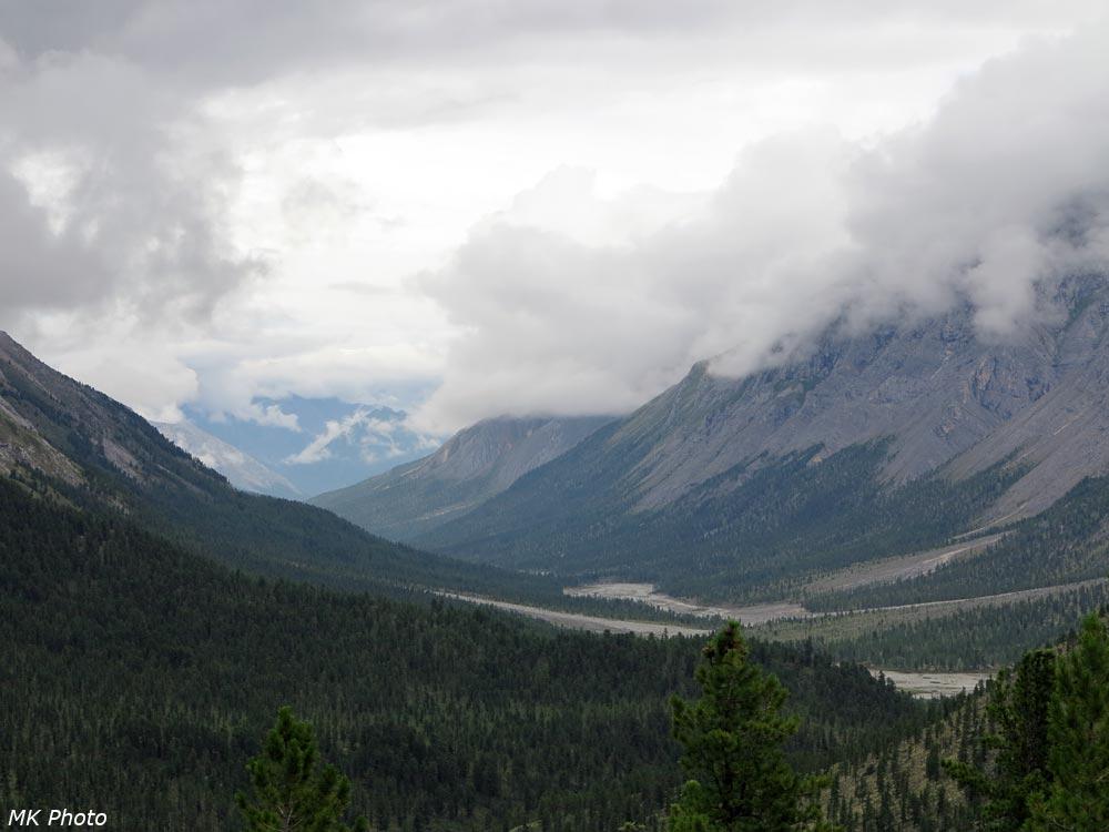 Вид вниз по долине с верхней части крутого спуска
