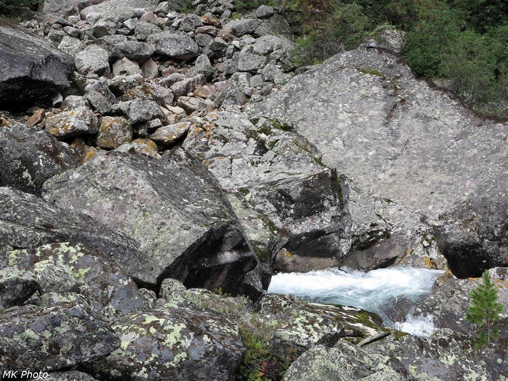 Река вырывается из-под моренных отложений