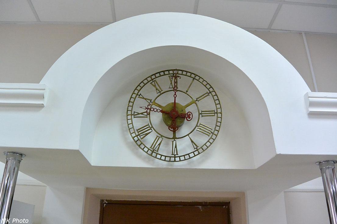 Часы над входом в кабинет директора музея