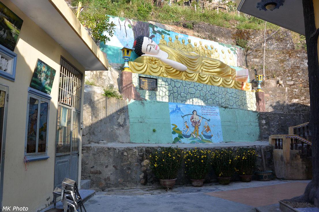 Умирающий Будда в окружении 12 учеников