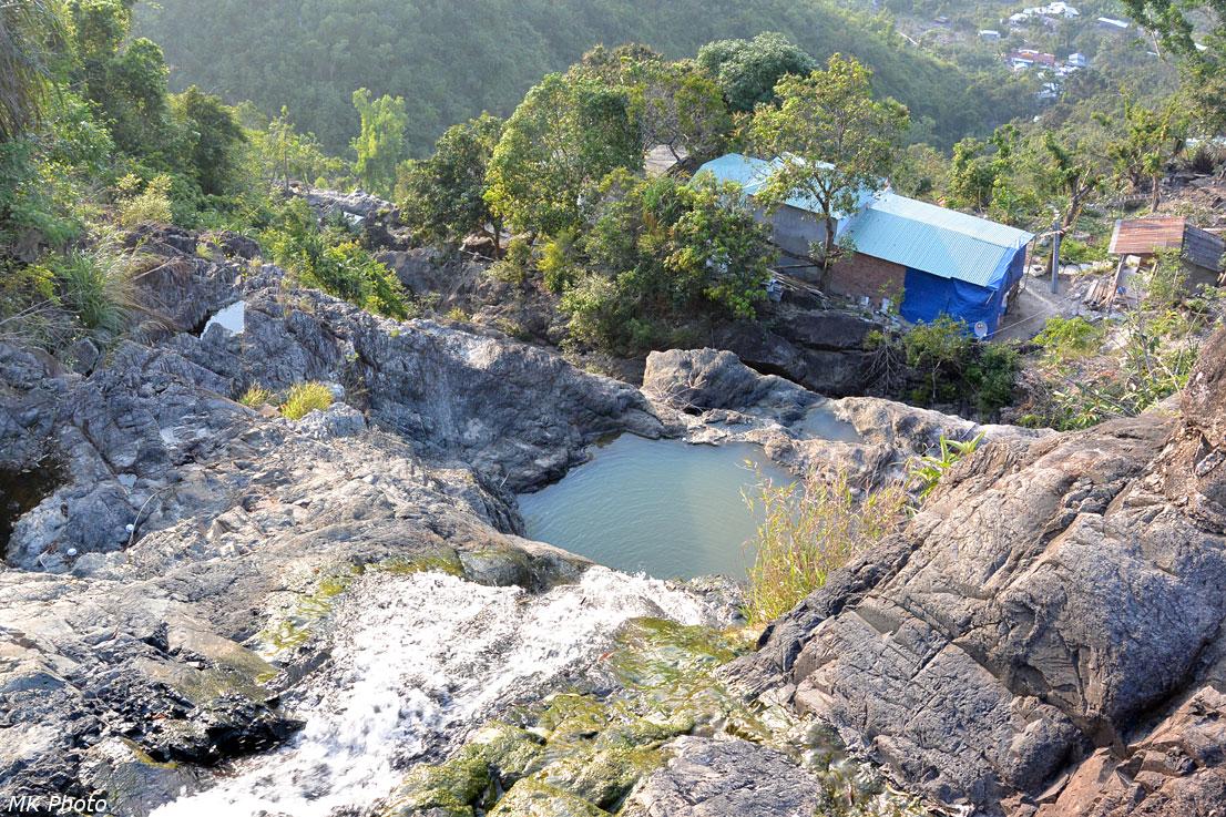 Вид сверху на водопад