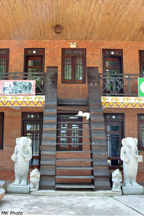 Лестница на второй этаж гостиницы