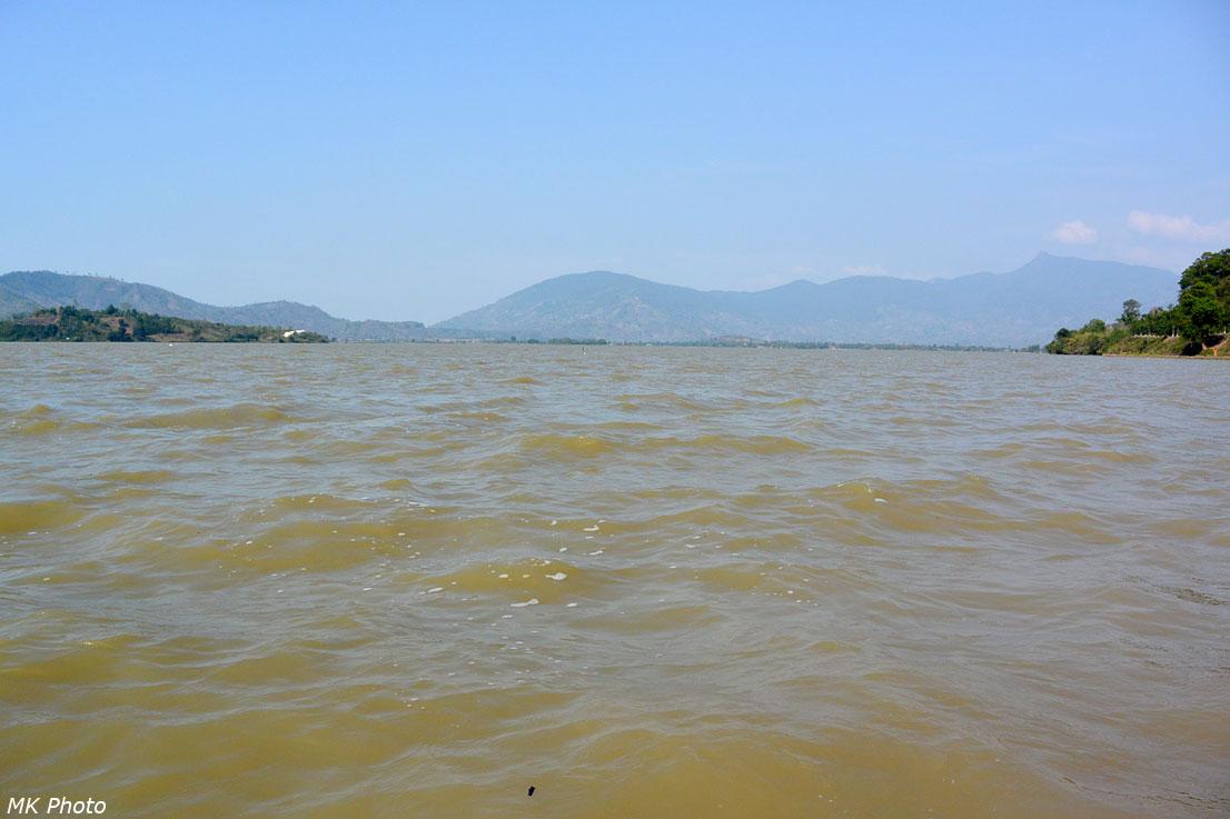 Коричневые воды озера