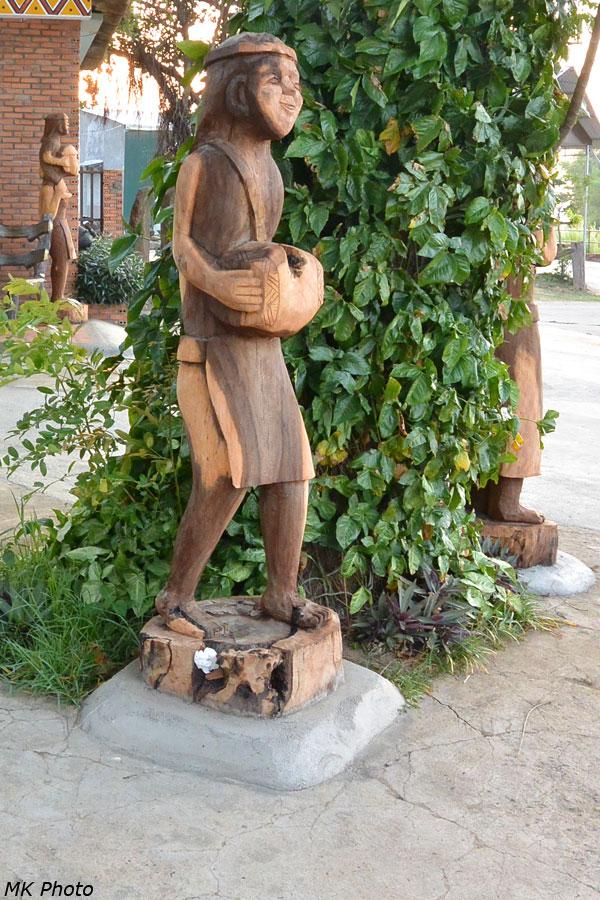 Деревянные скульптуры у гостиницы