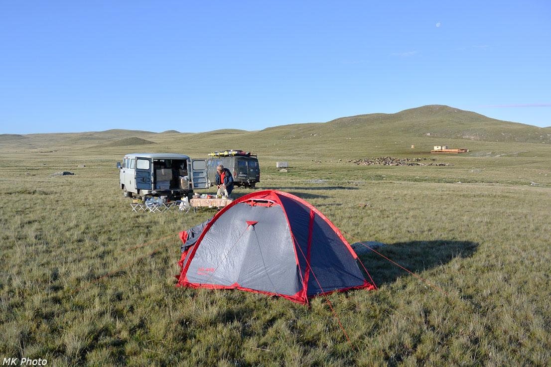 Палатка на фоне уазиков и обеденного стола