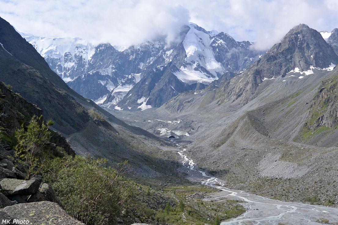 Аккем вытекает из ледникового тоннеля