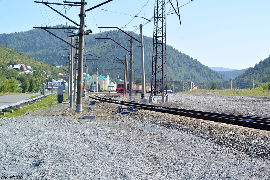 Северная горловина станции Таштагол со стоящей электричкой