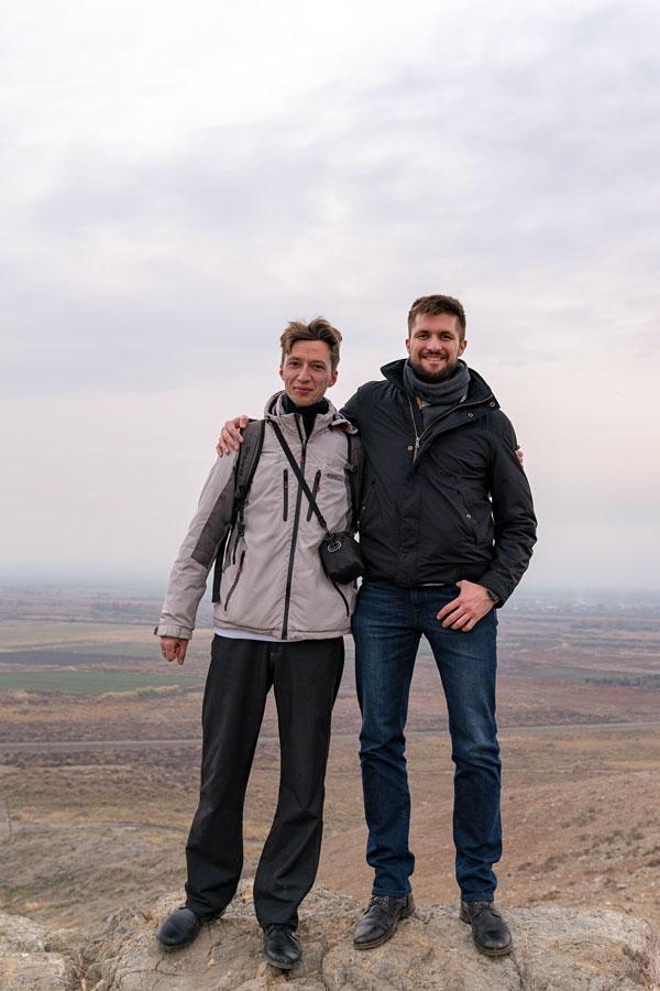 С братом наверху холма