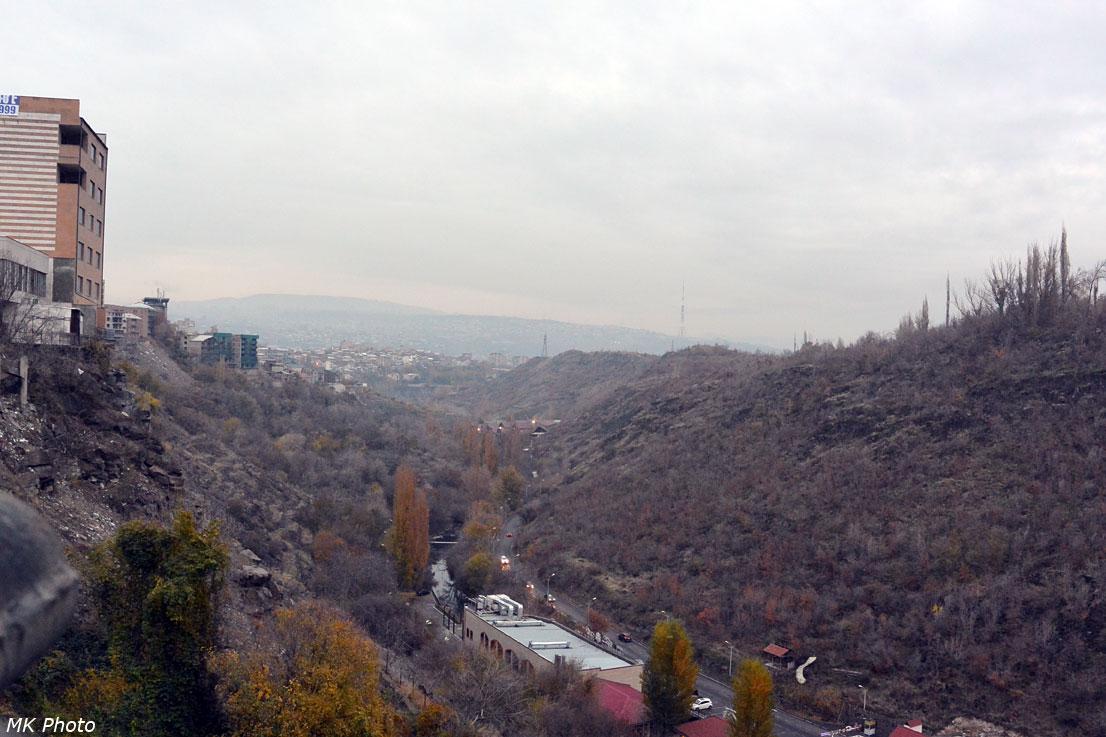 Вид с моста на пройденный путь по ущелью