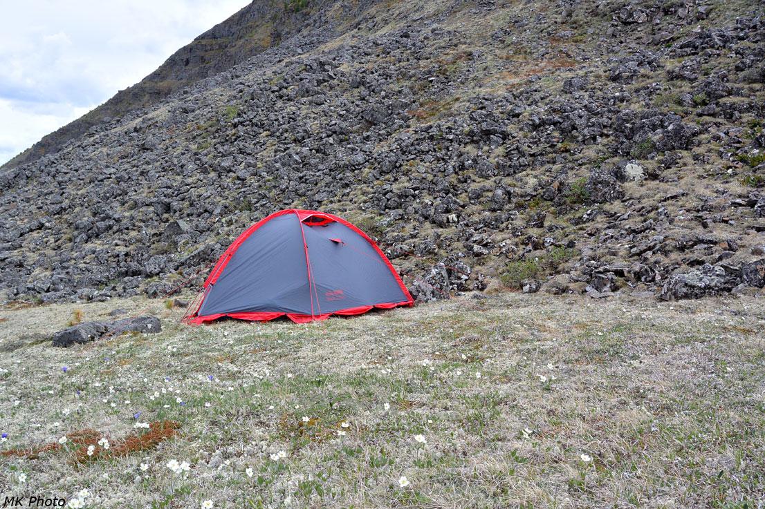 Палатка у склона