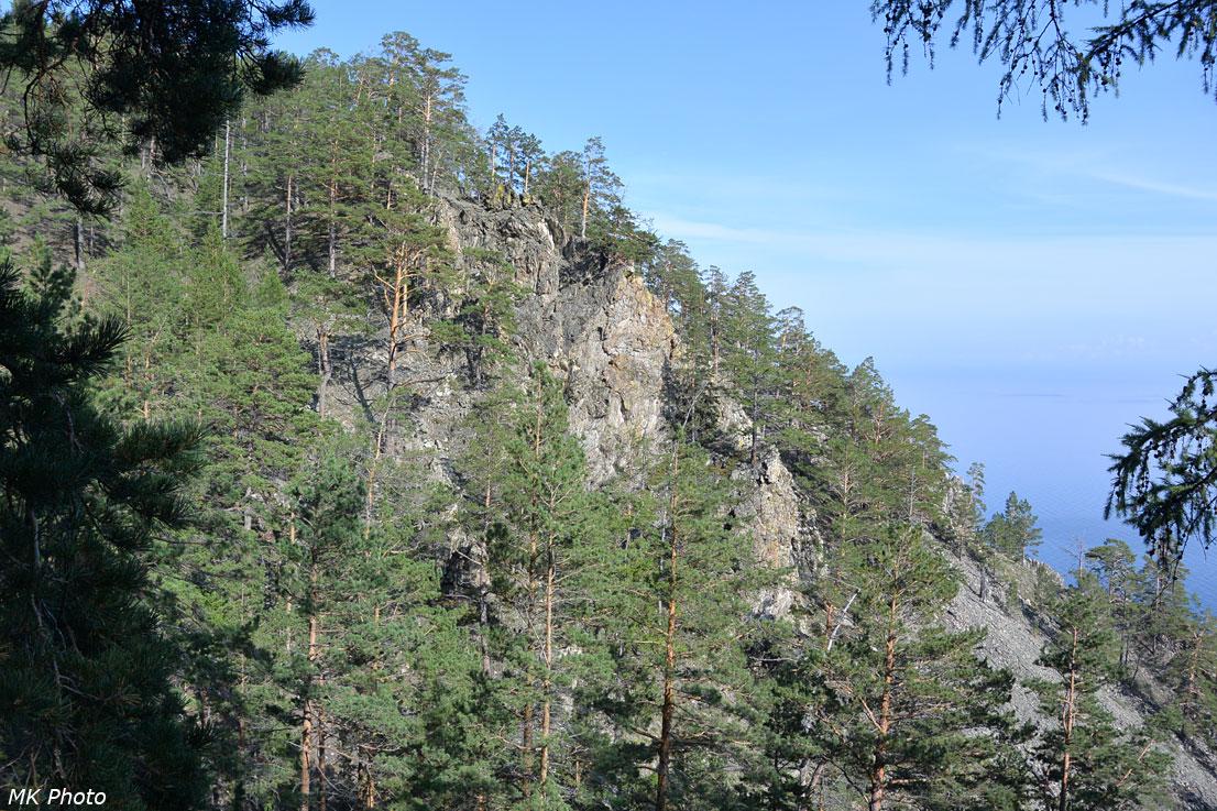 Скалы на спуске к Средним Хомутам