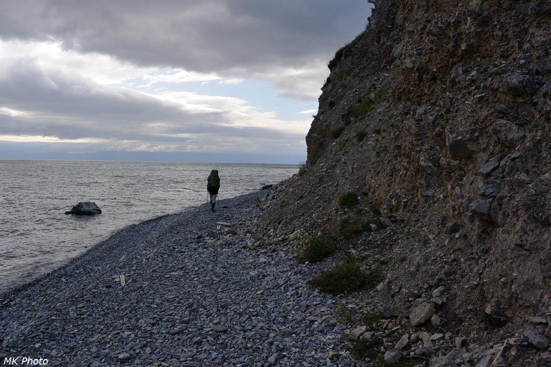 Катя идёт по берегу