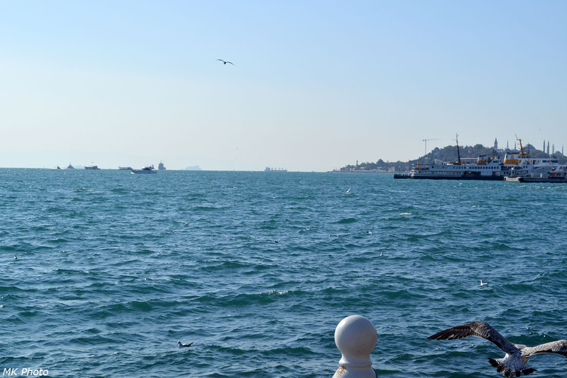 На горизонте видны острова в Мраморном море