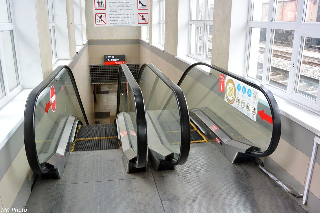 Эскалаторы между платформой и подземным переходом