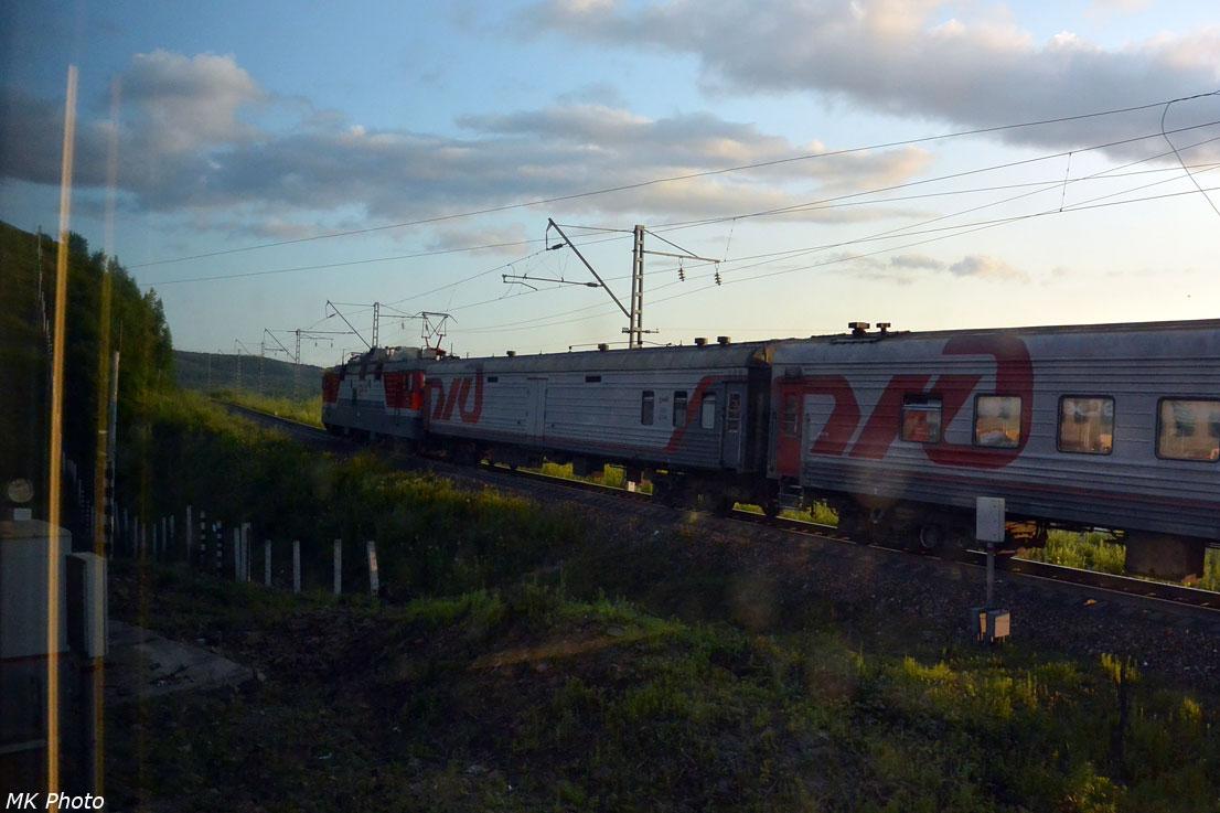 Поезд Новосибирск – Владивосток по чётному пути движется к тоннелю
