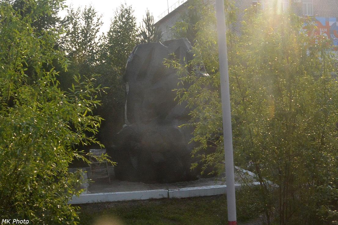 Памятник АЯМу на станции Беркакит