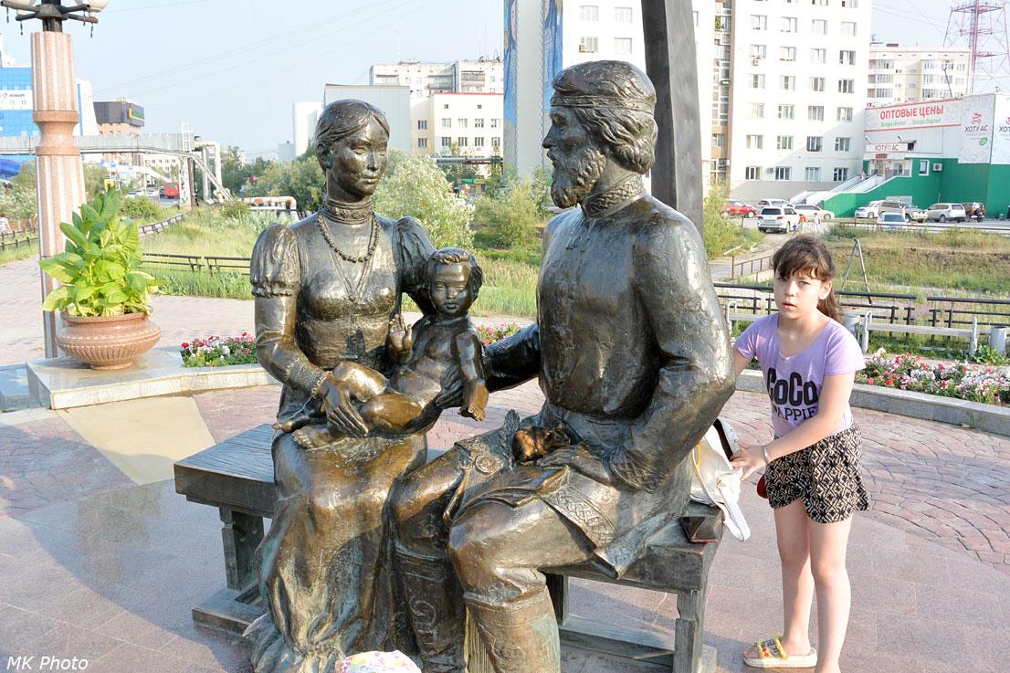 Памятник Дежнёву и Абакаяде