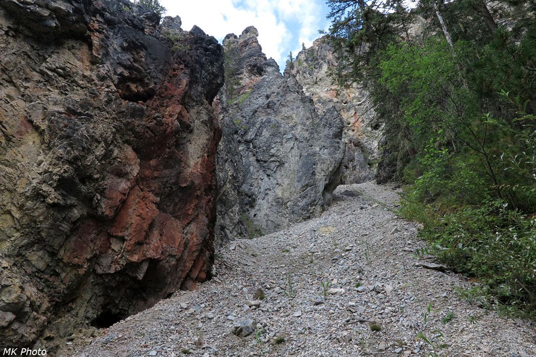 Скалы у тропы