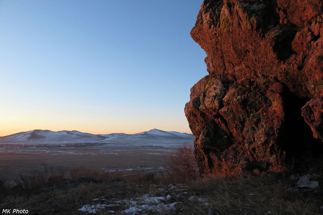 Скала с пещеркой