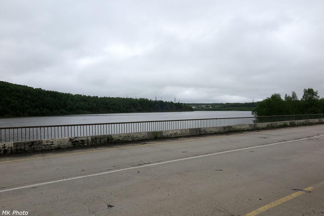 Вид с автомобильного моста через р. Май на бухту Западная