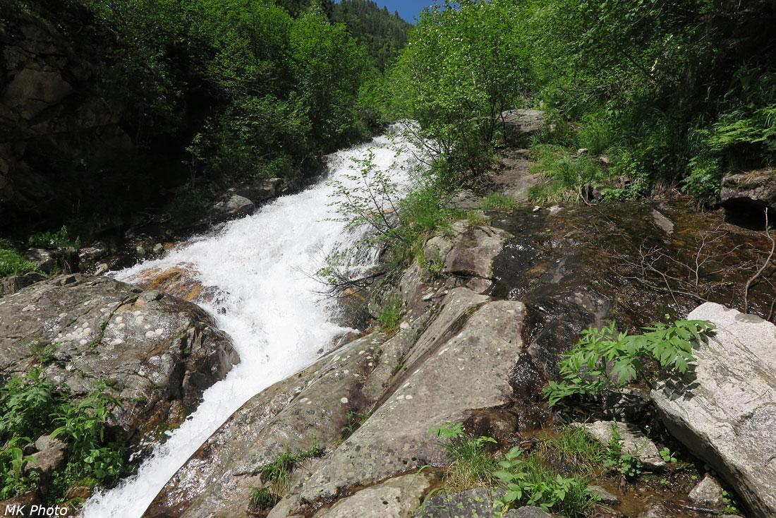 Тропа по скале вдоль ручья
