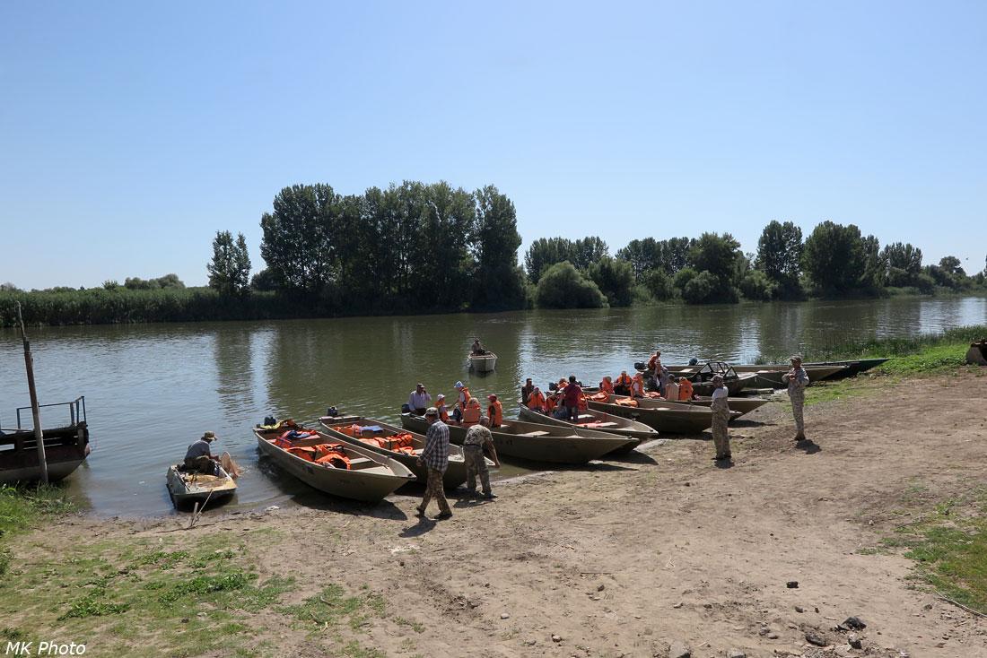 Лодки на берегу протоки Жабага