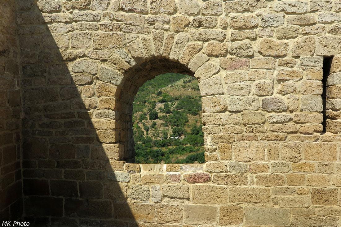 Окно и бойница в стене цитадели