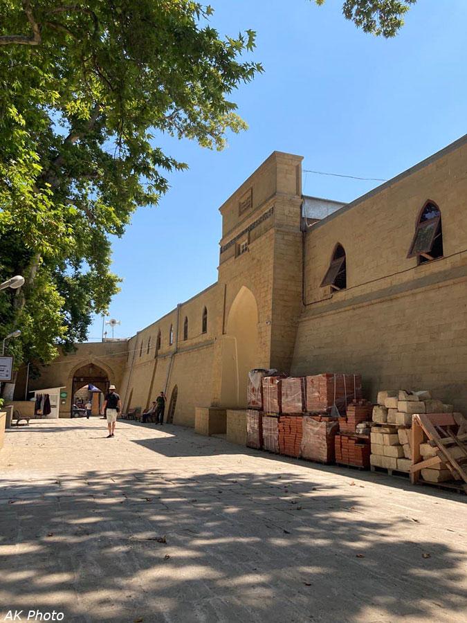 Внутренний двор Джума-мечети с платанами