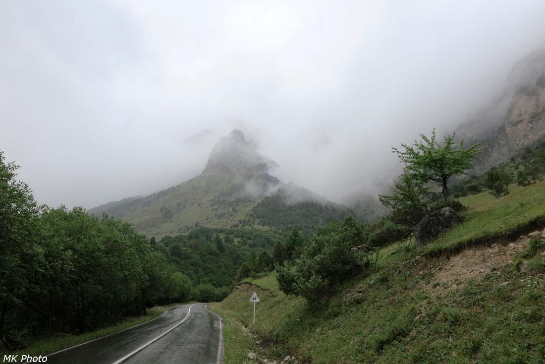 Горы прячутся в тучах