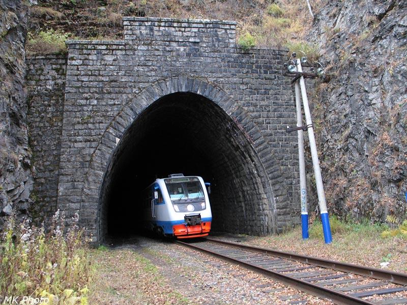 Рельсовый автобус выезжает из западного портала тоннеля Большая Крутая Губа